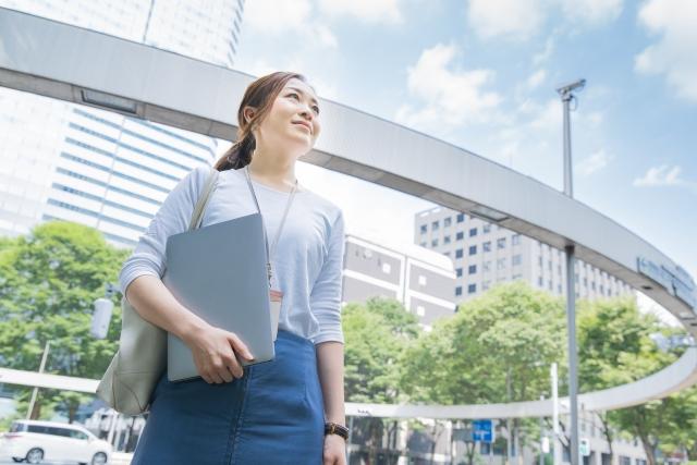 フリーランスエンジニアと会社員エンジニアの年収や働き方の違いについて